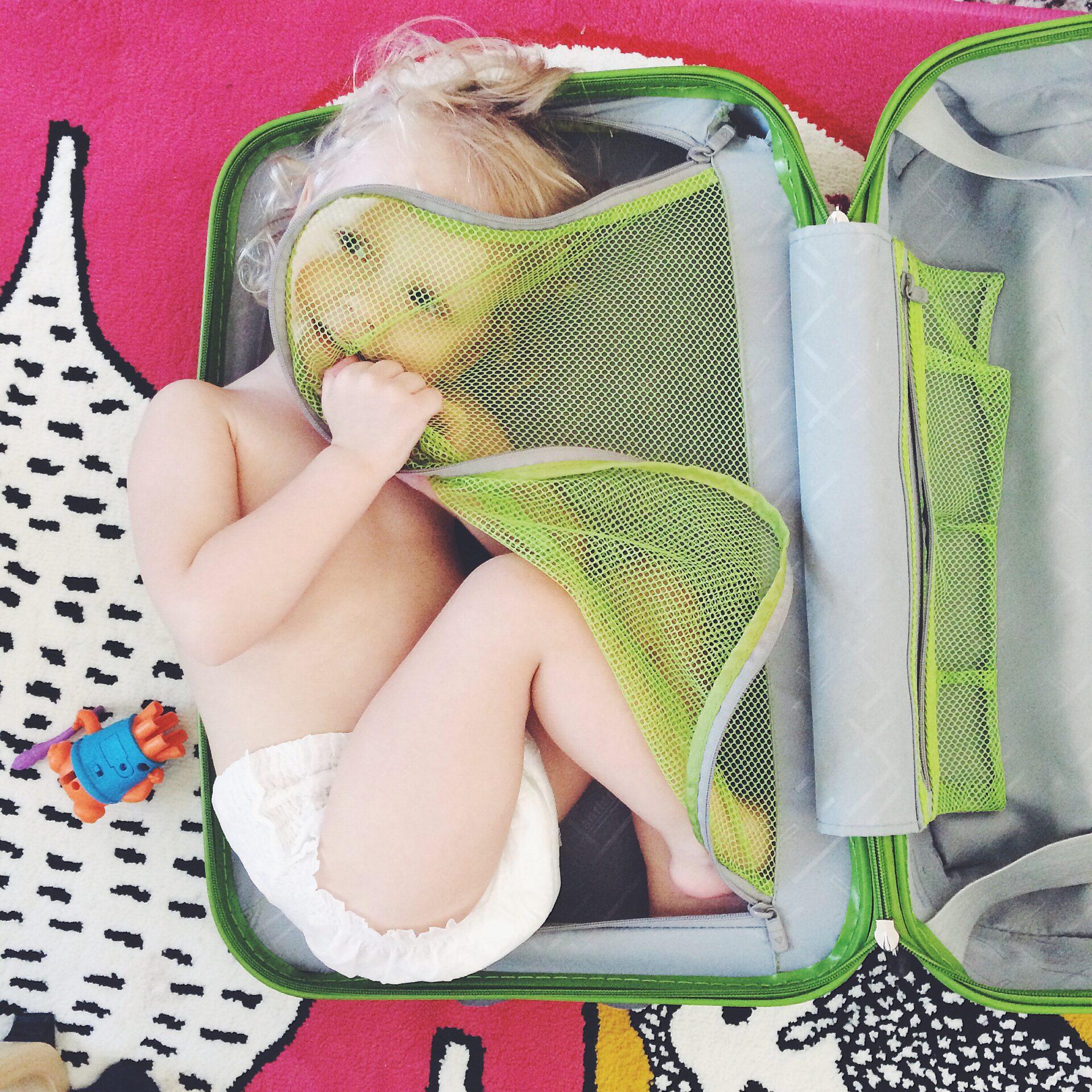 pañalera bebe en una maleta